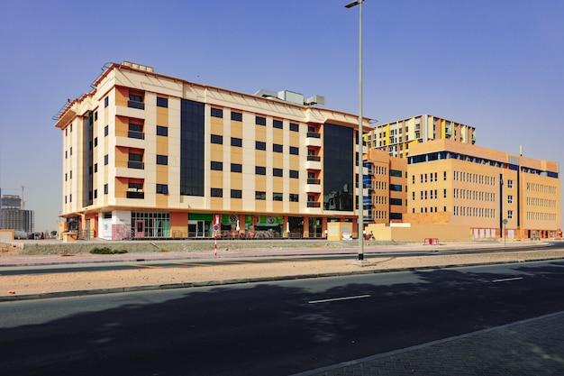 Paesaggio urbano della strada urbana di dubai durante il giorno