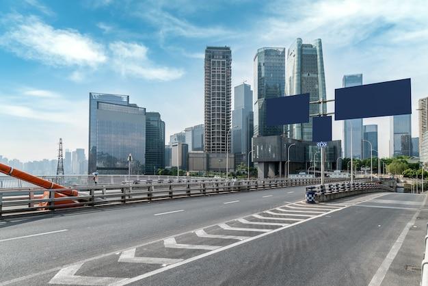 Terreno stradale urbano e paesaggio architettonico moderno