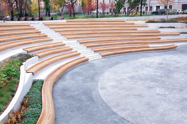 Progettazione dello spazio urbano, il layout dello spazio aperto in città per il riposo e il divertimento dei cittadini. linee architettoniche eleganti, parco paesaggistico, sedute, panchine