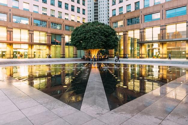 Area urbana della fontana dello spazio con il grande albero verde a jakarta centrale, indonesia.