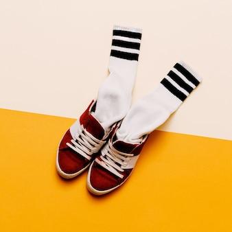 Abbigliamento in stile urbano. abbigliamento moda skateboard. scarpe da ginnastica, calze