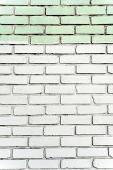 Muro di mattoni bianco urbano con piastrelle
