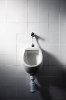 Un orinatoio in un bagno pubblico