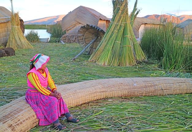 Isole galleggianti degli uros costruite con canne di totora sul lago titicaca, sito patrimonio mondiale dell'unesco puno peru