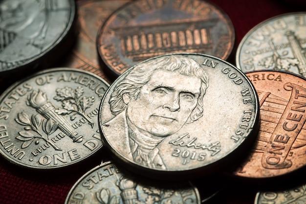 Monete americane in un luogo buio in fotografia ravvicinata