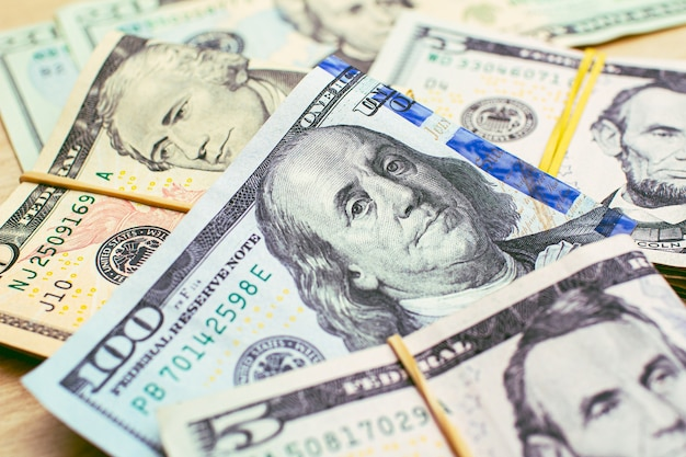 Fatture del dollaro usa su un tavolo di legno in fotografia in primo piano