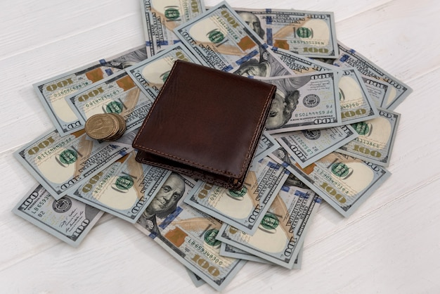 Dollaro americano nel portafoglio in pelle scura, concetto di finanza