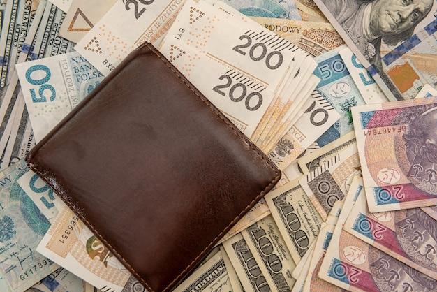 Dollaro americano con sfondo aziendale portafoglio banconote zloty polacco, cambio