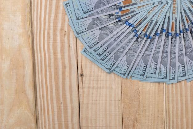 Dollaro americano sulla scrivania in legno. chiudere