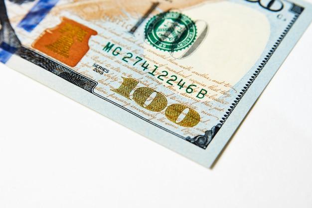 Fondo delle banconote dei dollari usa. una banconota da cento dollari americani, primo piano