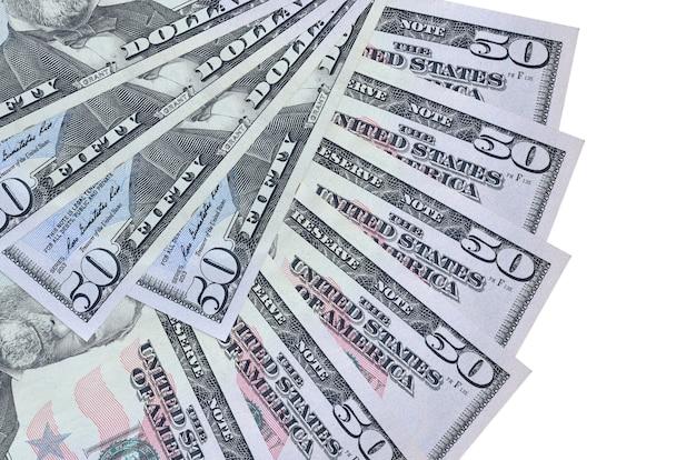 Fatture dei dollari usa che pongono sulla superficie bianca