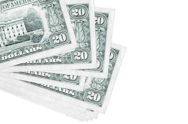 Le banconote in dollari usa si trovano in un piccolo mazzo o in un pacchetto isolato su bianco