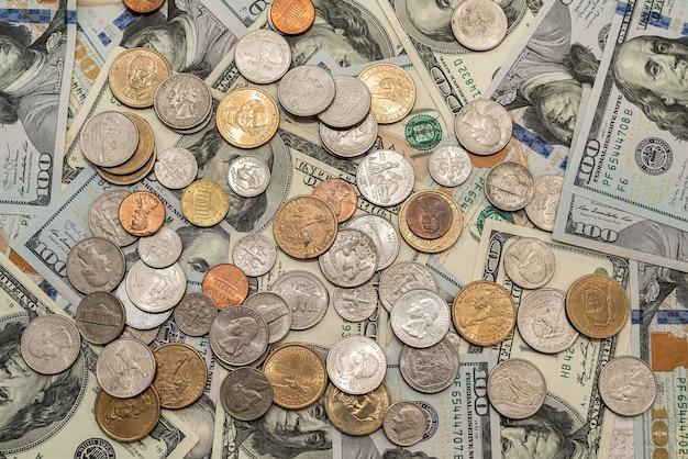 Dollari americani e monete per il cambio valuta come sfondo per il design