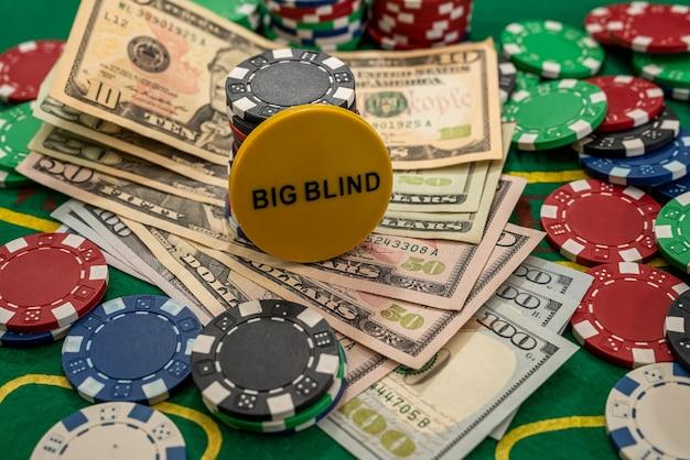 I dollari americani giocano a carte e fiches da poker su un tavolo da gioco. vincere al casinò. montepremi