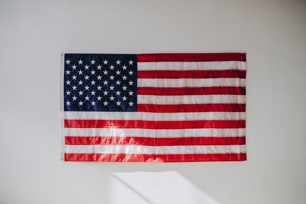 Bandiera degli stati uniti su un muro bianco