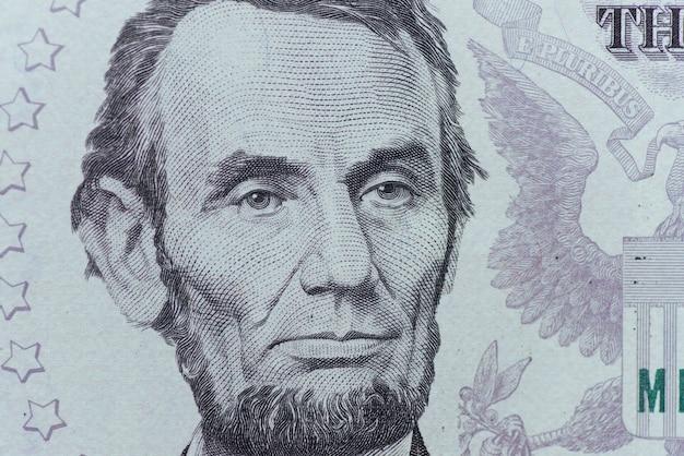 Il presidente degli stati uniti abraham lincoln affronta la macro della fattura del dollaro cinque, cinque usd, primo piano dei soldi degli stati uniti