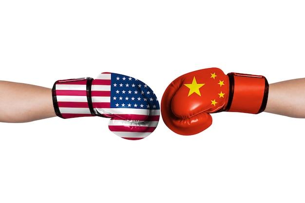 La bandiera degli stati uniti e la bandiera della cina stampano lo schermo sui guantoni da boxe per i simboli della guerra commerciale tariffaria barriera tra stati uniti d'america e cina.