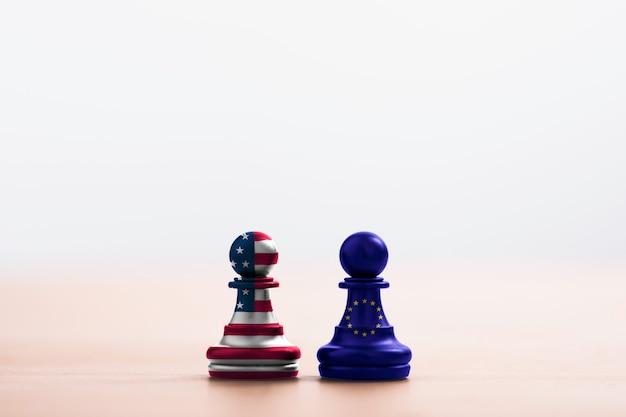Schermata di stampa bandiera usa e bandiera ue su pedone degli scacchi per battaglia. è il simbolo della barriera fiscale degli stati uniti che aumenta il dazio fiscale per i prodotti importati dai paesi dell'ue. -immagine.