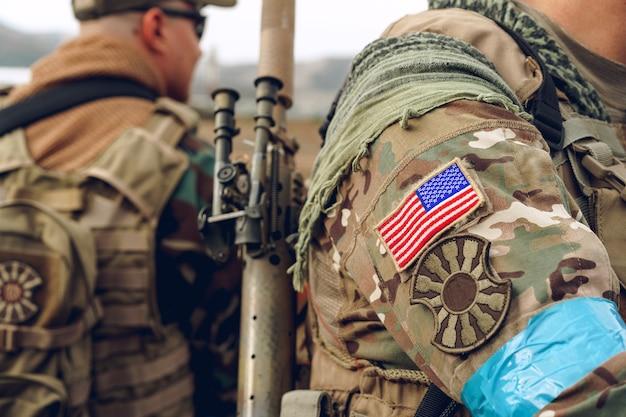 Patch bandiera usa sull'uniforme militare del soldato americano si chiuda