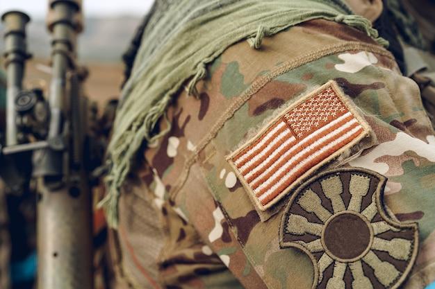 Patch bandiera usa su uniforme militare del soldato americano