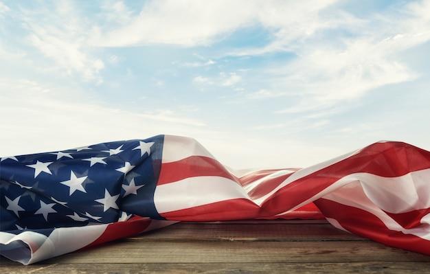 Bandiera degli stati uniti sul tavolo contro lo sfondo del cielo.