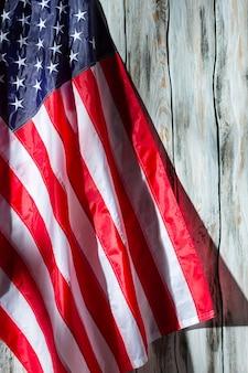 Bandiera usa su fondo in legno. banner su fondo di legno bianco. democrazia e progresso. stelle e strisce.