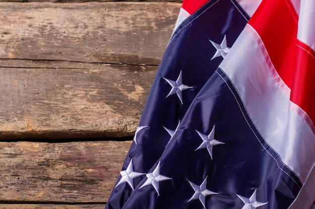 Bandiera usa su fondo in legno. bandiera su fondo di legno vecchio. orgoglio e gloria. ricorda le tue radici.