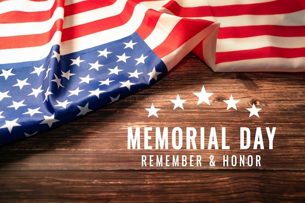 Giorno dei caduti usa e concetto di festa dell'indipendenza, bandiera degli stati uniti d'america su fondo di legno rustico