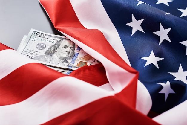 Bandiera nazionale usa e banconote da un dollaro