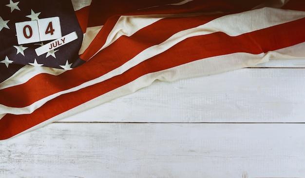 Feste nazionali usa festa dell'indipendenza bandiera americana su fondo in legno