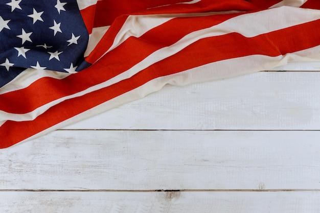 Festa nazionale usa memorial day bandiera americana su fondo in legno