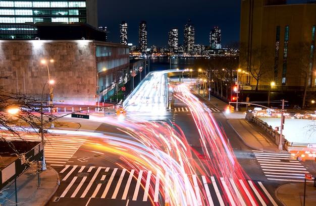 Stati uniti d'america. new york city. svincolo di trasporto all'angolo tra la 1st avenue e la strada e 42. notte