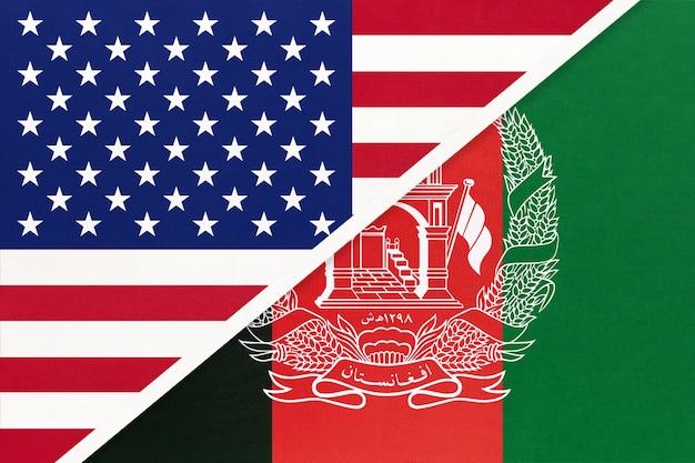 Bandiera nazionale usa vs afghanistan dal tessuto. relazione, partnership tra due paesi.