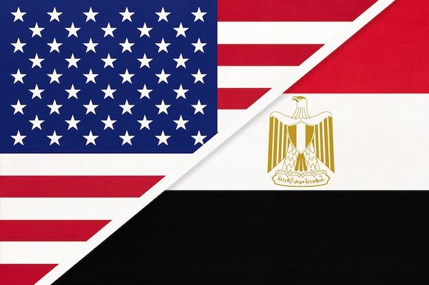Bandiera nazionale usa vs repubblica araba d'egitto dal tessuto. relazione, partnership tra due paesi.