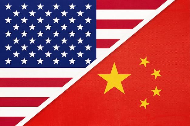 Bandiera nazionale usa vs cina dal tessile. rapporto tra due paesi americani e asiatici.
