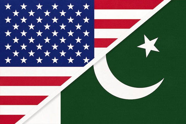Bandiera nazionale usa vs repubblica del pakistan dal tessuto. relazione, partnership tra due paesi.