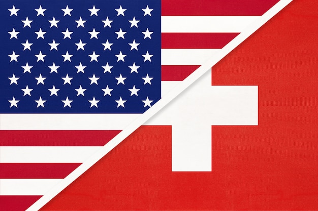 Bandiera nazionale usa vs svizzera in tessuto. rapporto tra paesi americani ed europei.