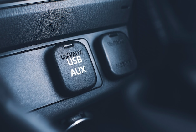 Connettore porta usb e aux sul pannello della console in auto