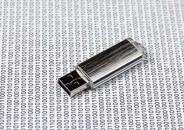 Chiavetta usb sullo sfondo di un codice binario
