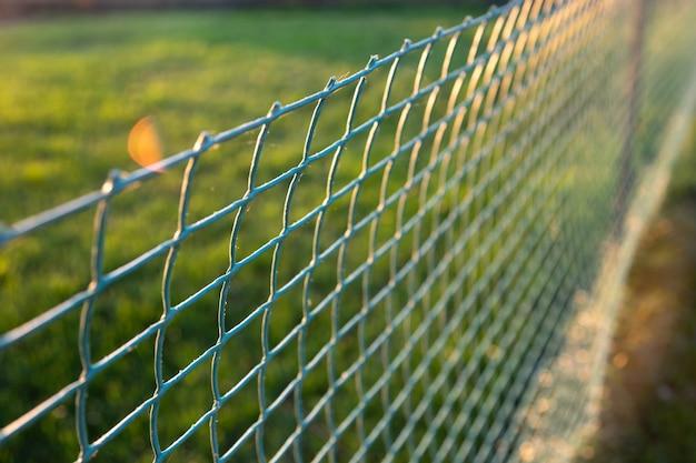 Uso di rotoli di plastica arrotolati per la recinzione del prato