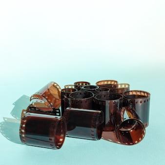 Rotoli di pellicola da 35 mm usati su sfondo blu, spazio di copia.