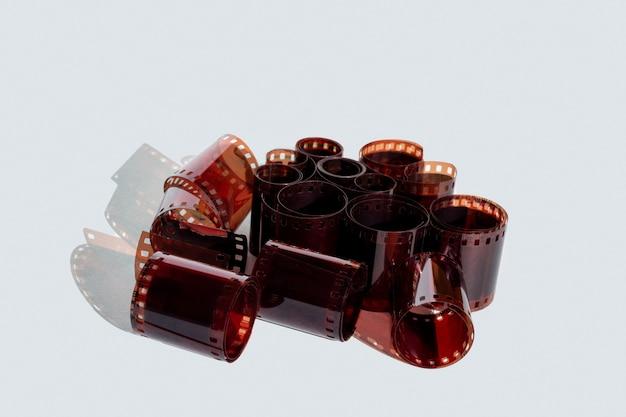 Rotoli di pellicola da 35 mm usati su sfondo bianco, spazio di copia