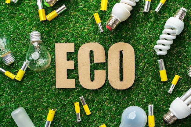 Batterie alcaline al litio in metallo usate e lampadine sull'erba