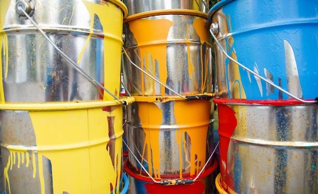 I barattoli di vernice usati.