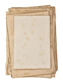 Fogli di carta usati. vecchie pagine di libri con bordi isolati su sfondo bianco