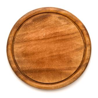 Tagliere in legno tondo usato per pizza isolato su sfondo bianco. mockup per il progetto alimentare.