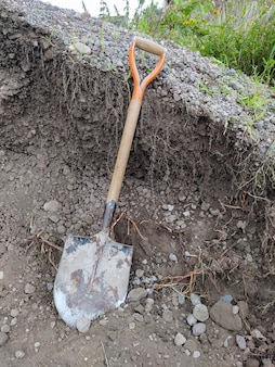Vanga usata accanto a un mucchio per ghiaia