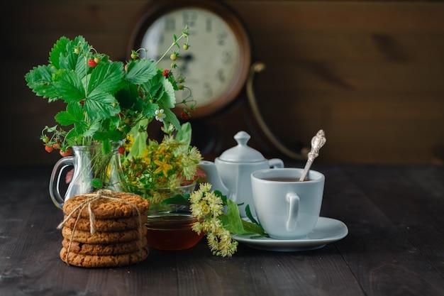 Tè di tiglio utile in tazza rami di tiglio fiori e foglie