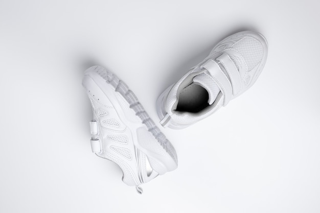 Abitudini sportive utili e scarpe ortopediche per la ferratura dei bambini isolate su uno sfondo bianco