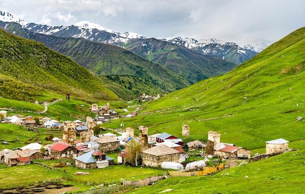 Ushguli con le tradizionali torri svan, patrimonio mondiale dell'unesco in georgia